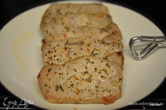 Готовим на гриле или в духовке 200С на 30-45 мин или до готовности. Готовые свиные отбивные выложим на тарелку.