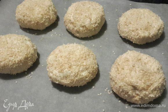 Разделить на 6 порций и шарики обвалять в слегка поджаренном кунжуте - в духовке кунжут изменит цвет не сильно.
