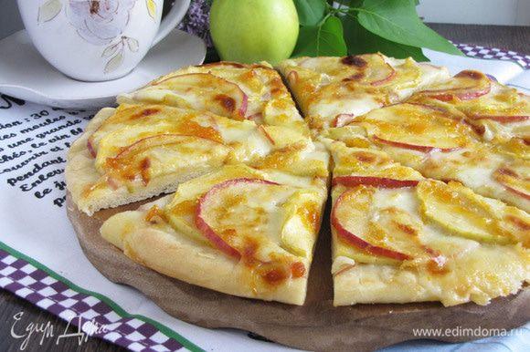Готовую пиццу разрезать на 8 порционных кусочков и подавать к чаю. Очень вкусно! Особенно в теплом виде :) Приятного аппетита!