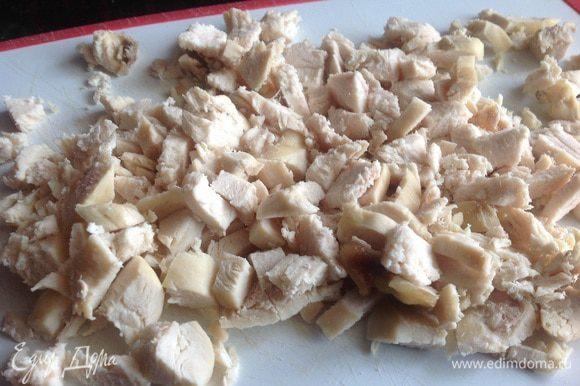 Яйца отварите, почистите и мелко нарубите. Нарежьте куриное филе.