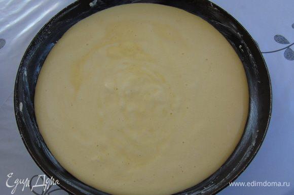 Вылить тесто в смазанную форму, у меня старая сковорода и отправить в разогретую до 180 С духовку на 2-3 минуты.