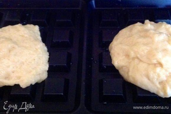 На хорошо разогретую и смазанную маслом (только 1 раз в самом начале) вафельницу выкладываем столовой ложкой порции теста и закрываем вафельницу.
