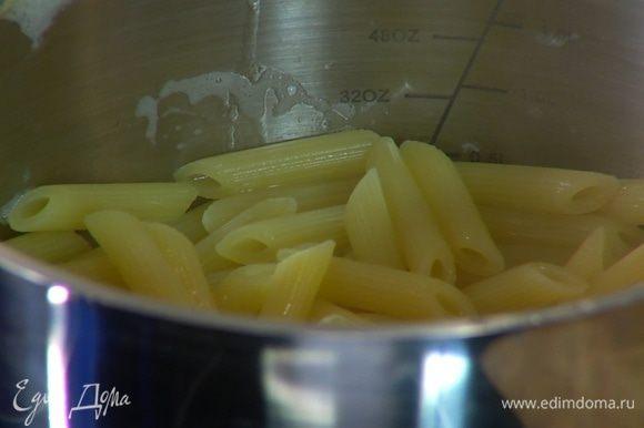 Пенне отваривать в подсоленной воде на пару минут меньше, чем указано в инструкции на упаковке, затем воду слить и сохранить, макароны вернуть в кастрюлю.