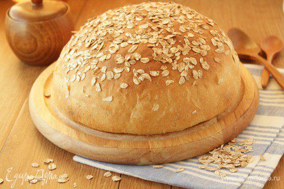Готовый хлеб перекладываем на решетку.