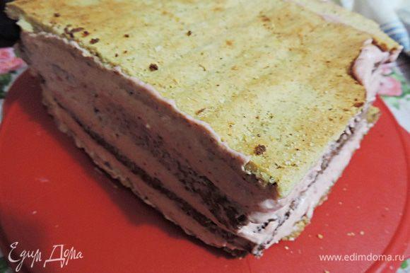 В таком состоянии (бока и верх мы позже обмажем сливочным кремом) отправляем торт в холодильник минимум на 4 часа, лучше на ночь.
