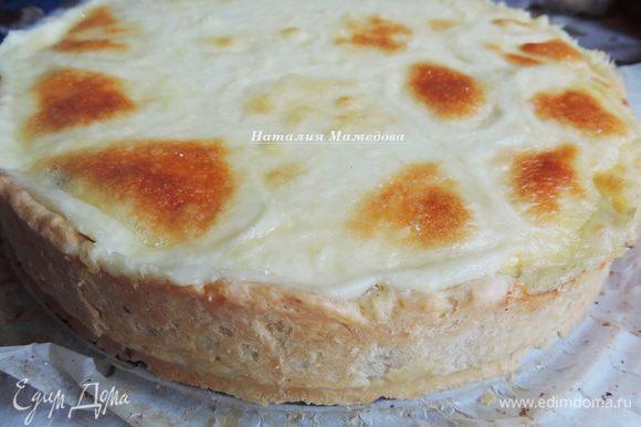 Готовому пирогу даем немного остыть в форме, затем выкладываем на блюдо и можем сразу приступать к трапезе.