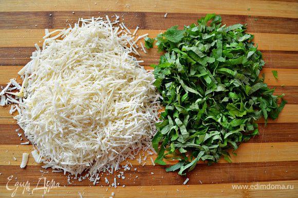 Сыр натереть на мелкой тёрке. Листики мяты измельчить и вместе с сыром добавить в яично-молочную смесь. Хорошо перемешать.