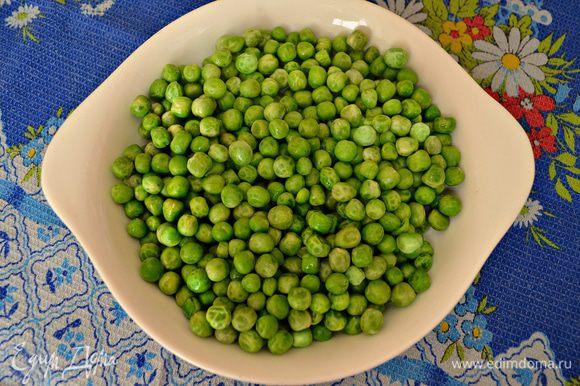 Подготовить зелёный горошек (я использовала замороженный и предварительно его размораживала).