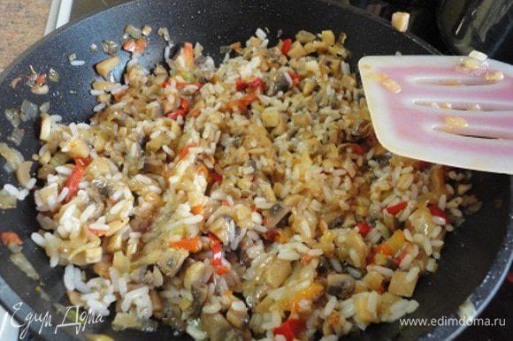 В сковороде разогреть 3 ст. ложки растительного масла и обжарить лук до золотистого цвета (3 мин.). Потом добавить сладкий перец и еще жарить 5 минут. Добавить грибы и тушить под крышкой минут 10. Готовые овощи смешать с рисом, добавить соль, специи - все по вкусу.