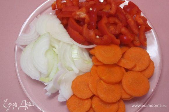 Лук нарезать полукольцами, очищенную морковь - кружочками, сладкий перец - кольцами или соломкой.