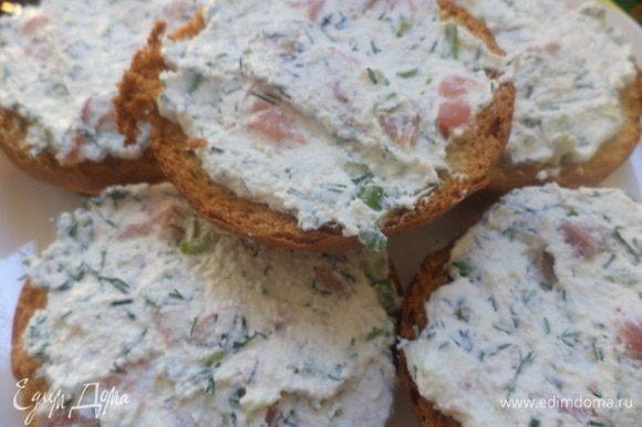 Намазать подсушенные половинки булочек творожно-лососевой массой. Очень вкусно! Приятного аппетита!!!