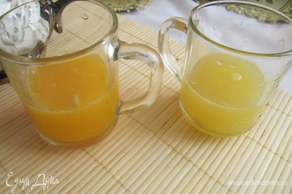 Выжить сок из фруктов. Полученный напиток процедить и соединить с апельсиновым и лимонным соком.