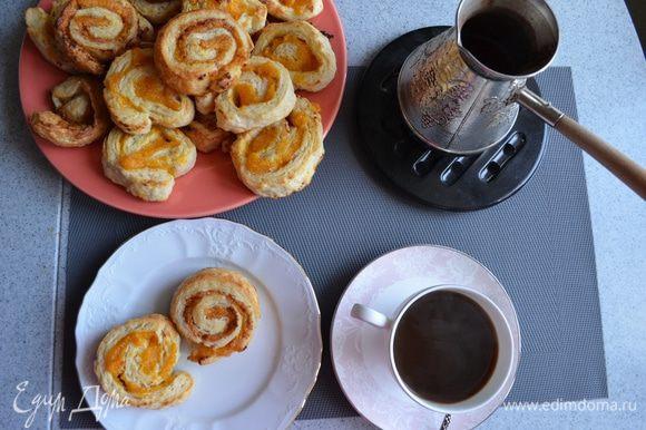 К слойкам приготовим свежий кофе. Для этого в молотый кофе добавим 1 чайную ложку молотой корицы. Варим в турке.