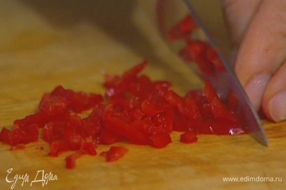 Свежий перец чили, удалив семена, мелко порубить — должна получиться 1/2 ч. ложки.
