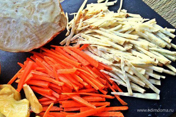 Моем, чистим корнеплоды. Нарезаем морковь и сельдерей соломкой, можно при помощи спец. тёрки.