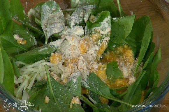 К капусте со шпинатом добавить яйцо со специями и мукой, посолить, поперчить и все перемешать.