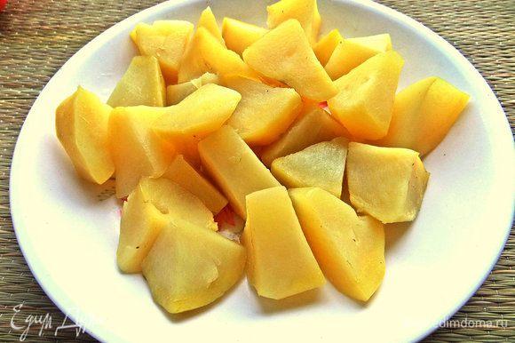 Картофель отварить, очистить, крупно нарезать.