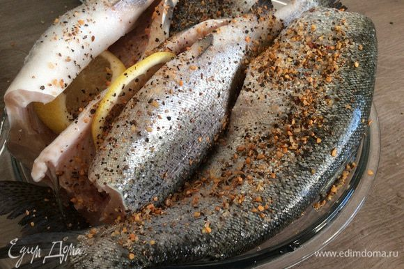 Посолить и присыпать приправой (смесь:сушеный чеснок, черный перец, семяна укропа, зерна кориандра, кайенский перец).