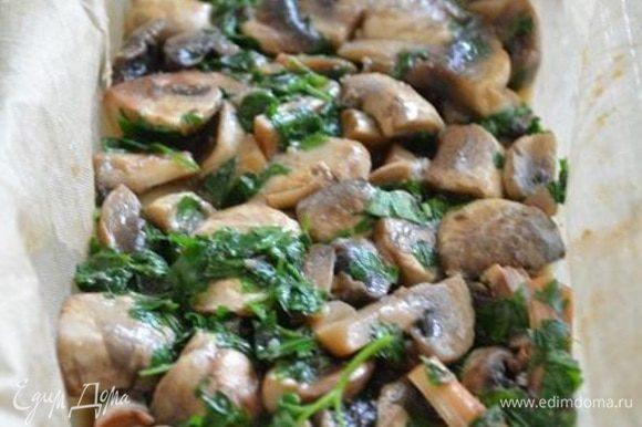 На фарш уложить грибы с петрушкой, немного подсолить. Слегка утрамбовать ложкой.