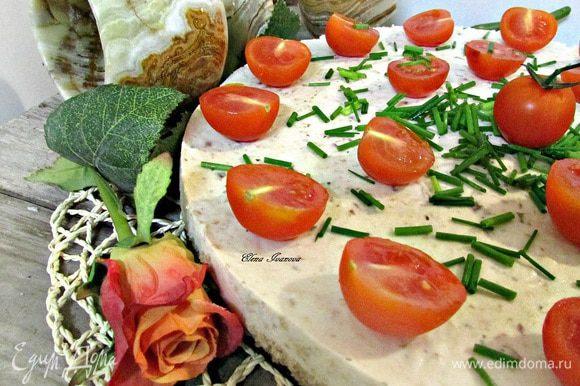 Готовый торт украсить помидорками черри и луком-шнитт.