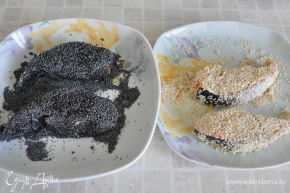 Сковороду с толстым дном хорошо разогреть с растительным маслом. Обмакнуть кусочки рыбы в белок. Обвалять два кусочка со всех сторон в маке (кстати, он очень хорошо прилипает). Два кусочка – в кунжуте.