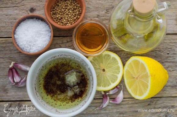 Для маринада смешать оливковое масло, мёд, лимонный сок (1 ст. л.), лимонную цедру (1/4 ч. л.), молотый кориандр, приправить солью и перцем, добавить давленый чеснок. Перемешать до однородности.
