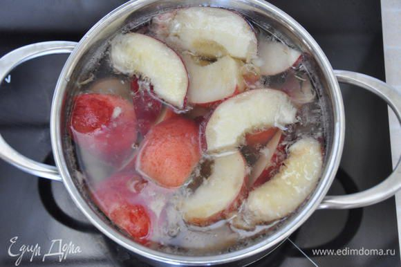 В кастрюлю налить воду, опустить кусочки персиков, добавить сахар (количество сахара зависит от сладости персиков, я положила ¾ стакана и лимонад получился по сладости в самый раз). Довести до кипения, перемешать, уменьшить огонь и варить в течение 3 минут.