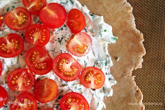 Выкладываем начинку, равномерно ее разравниваем, оставляя нетронутыми края (3-5 см). Поверх раскладываем половинки томатов.