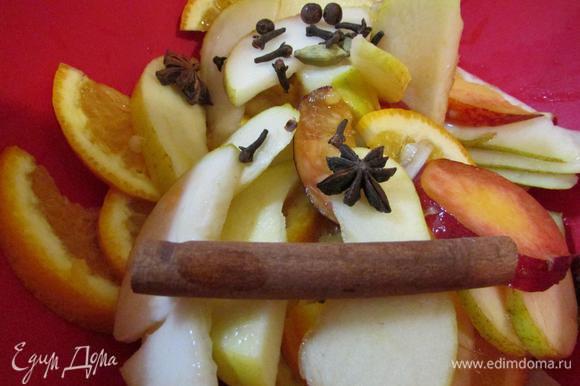 Положить в большой кувшин или кастрюлю фрукты и добавить специи.