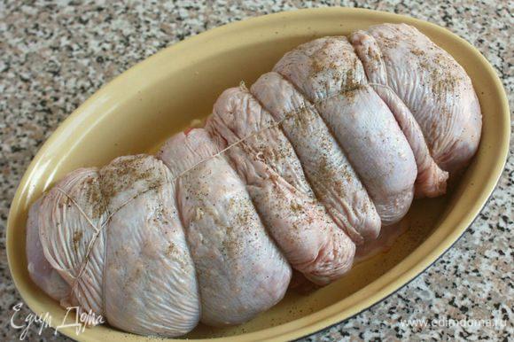 Свернуть мясо рулетом и перевязать кулинарной нитью. Форму для запекания смазать кусочком масла, выложить в неё рулет. Оставшимся маслом смазать поверхность рулета и запечь его в разогретой до 175*С/ с конвекцией до 150*С духовке в течении 1 1/4 часа. Образовавшимся соком периодически поливать рулет.