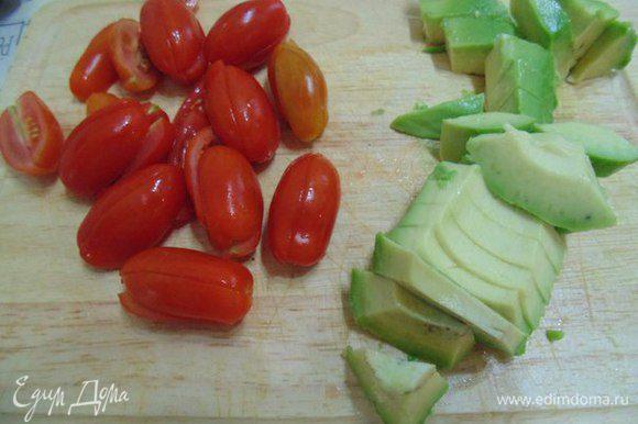 Помидоры черри порезать пополам, авокадо - кубиками.
