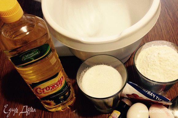 Перепробовав кучу рецептов бисквита, этот стал для меня любимым. Взбиваем яйца 5 минут на высокой скорости. Добавляем сахар и ванильный сахар и взбиваем еще 7 минут. Смешиваем сухие ингредиенты (муку, разрыхлитель, соль). Аккуратно лопаткой вмешиваем мучную смесь, предварительно рекомендую просеять муку и обогатить ее кислородом. Как вмешали муку, добавляем кипяток и растительное масло, перемешиваем. У меня форма 26 см, бисквит получится не очень высоким. Ставим в духовку при 180 на 30 минут.