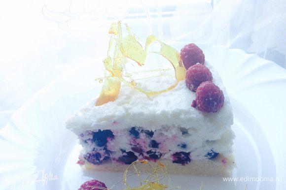 Отрезаем и наслаждаемся воздушным, свежим, легким летним десертом. Как же он хорош в разрезе, приятного аппетита!