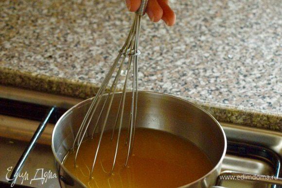 Для сиропа смешайте в сотейнике оставшийся сахар и апельсиновый сок. Помешивая, доведите до кипения, варите 3 минуты. Снимите сироп с огня и полностью остудите.