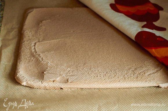 Готовый бисквит аккуратно переверните на решетку, снимите бумагу. Накройте бисквит полотенцем и отставьте.
