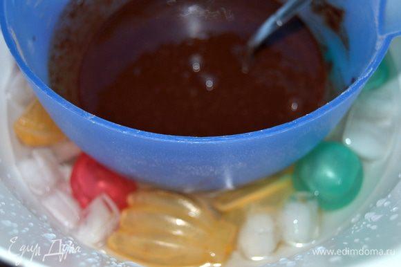 Шоколад поломать, сложить в сотейник,добавить сахар,воду и коньяк. Коньяк можно заменить на любой ароматный алкоголь или просто на сироп. На не сильном огне, постоянно помешивая растворить шоколад. В большую миску положить лед и налить воду. Поставить в эту ледяную баню растопленную шоколадную массу, чтобы остановить приготовление. И начинаем взбивать.
