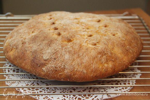 Выпекать при 250*С 10 минут, затем убавить температуру до 180*С и выпекать ещё 25 минут. Остудить хлеб на решётке.