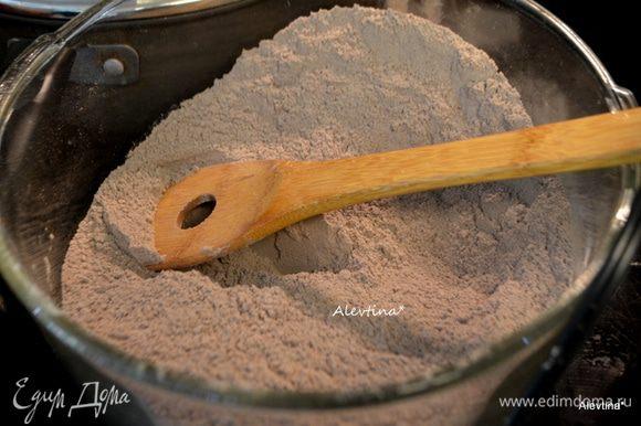 Смешать в большой емкости основные сухие компоненты как : сахар, мука, сода, разрыхлитель, соль, какао.