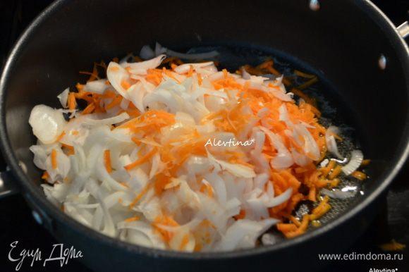 Картофель нарезать тонко соломкой . Луковицу порезать тонко, морковь натереть на крупной терке. На сковороде растопить масло и обжарить овощи до мягкости 6 мин.