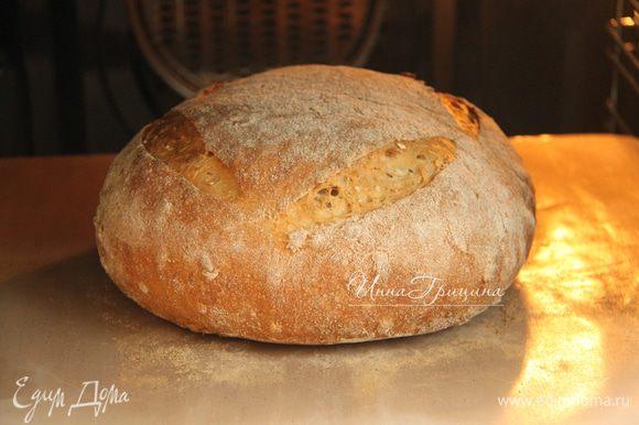 Духовку прогреть до максимума (у меня 250*С) вместе с противнем. На хлебе сделать насечки. Выложить батон на горячий противень, выпекать при 250*С 10 минут, затем убавить температуру до 180*С и выпекать ещё 25 минут. Остудить хлеб на решётке.