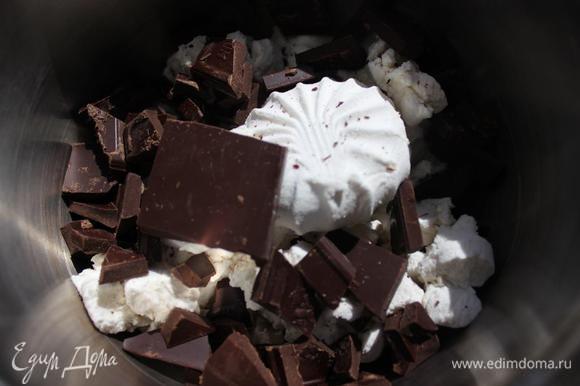 Действия такие же..... Ломаем шоколад (берите горький или же темный, так как будет сладко!!!) и зефир в кастрюльку, заливаем их 20 % сливками и ставим на огонь.