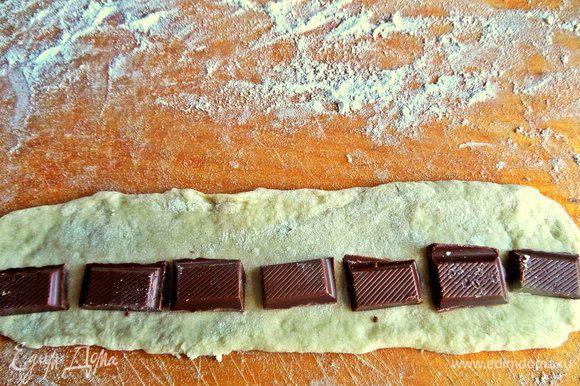 Ломаем плитку шоколада на дольки и раскладываем на расстоянии примерно так.