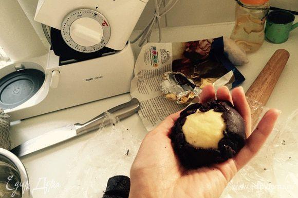 """Потом аккуратно """"обволакиваем"""" белый шарик черной лепешкой, оставляя отверстие в центре. Укладываем на противень (застеленный бумагой) дырочкой вниз."""