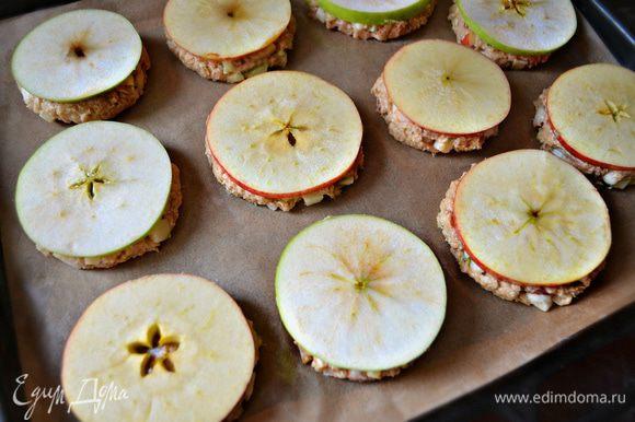 На каждый шарик положите кружочек яблока и слегка придавите. Выпекайте печенье 40-45 мин при 180 г.