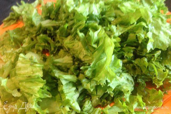 Листья салата промойте, обсушите бумажным полотенцем, и нарежьте. Добавьте в суп за 3-4 минуты до готовности.