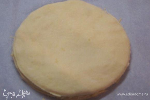 Так же раскатать в лепешки оставшиеся 4 шарика теста. Сложить друг на друга, смазывая оливковым маслом и посыпая тертым сыром. Верхнюю лепешку сыром не посыпать!