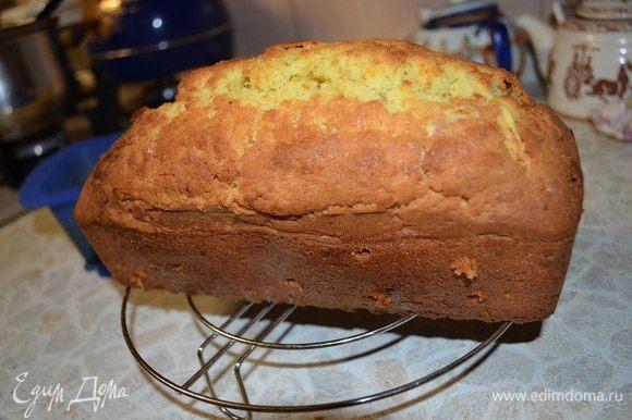Кекс немного охладить в форме, затем вынуть на решетку. Наколоть кекс с разных сторон деревянной палочкой.