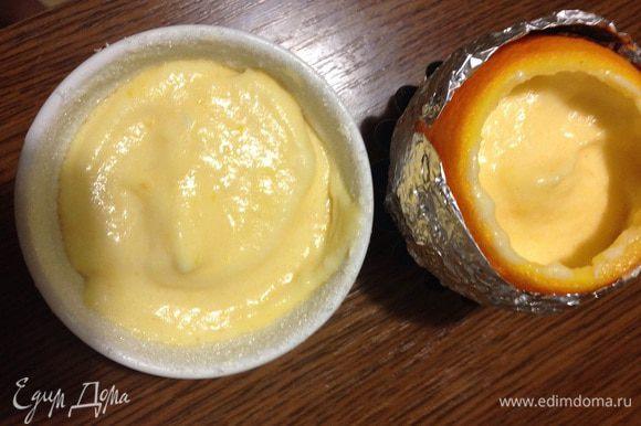 Наполняем формочки на 2/3, одно суфле я решила сделать в керамической форме смазанной маслом и края присыпала сахаром. Апельсин я обернула фольгой и поставила в формочку для кекса. Отправляем в духовку при 180 градусах на 18-20 минут.