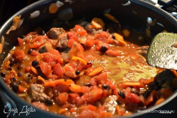 Затем фасоль и томаты баночные порезанные кубиками 400 гр или собственном в соку целые помидоры, которые можно прокрутить в блендаре в пюре. Закрыть крышкой и готовить 1 час. 30 мин. Фарш говяжий готовим в течение часа в итоге.