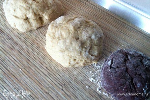 Ванильно-коричное тесто делим пополам, у нас получается три шарика ароматного теста. Раскатываем три пласта из шаров, на раскатанный ванильно-коричный пласт кладём раскатанный пласт из какао-теста, сверху снова ванильно-коричный.